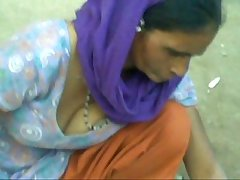 Aunty showing cleavage